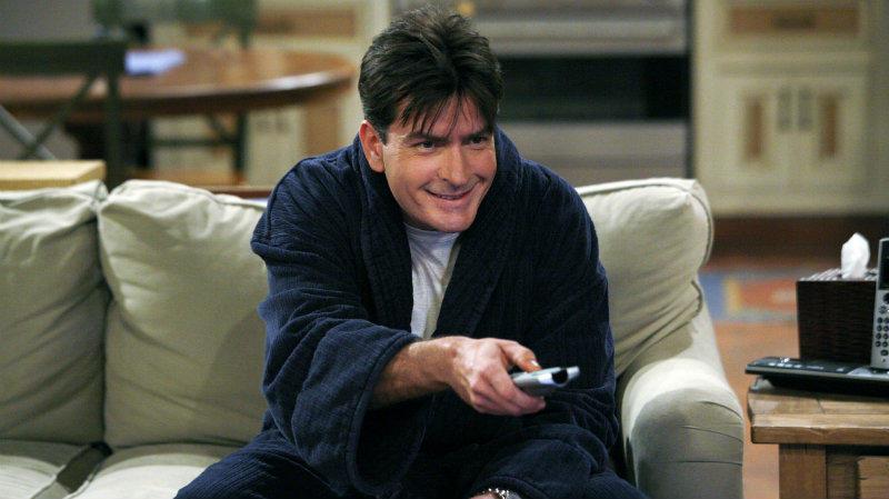 A Két pasi meg egy kicsi utolsó évadáért 1,8 millió dollárt (~520 millió forint) zsebelt be epizódonként, amit aztán még sikerült szépítenie egy kicsit, a Nyugi, Charlie minden egyes részéért ugyanis 2 millió dollárt (~577 millió forint) kapott. (CBS)