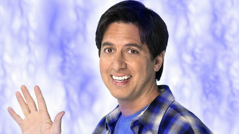 A stand-up komikus viszonylag ismeretlen volt a sorozat előtt, de annyira bejött neki a dolog, hogy a végére már 1,7 millió dollárért játszott, ami kb. 491 millió forint. Epizódonként. (CBS)