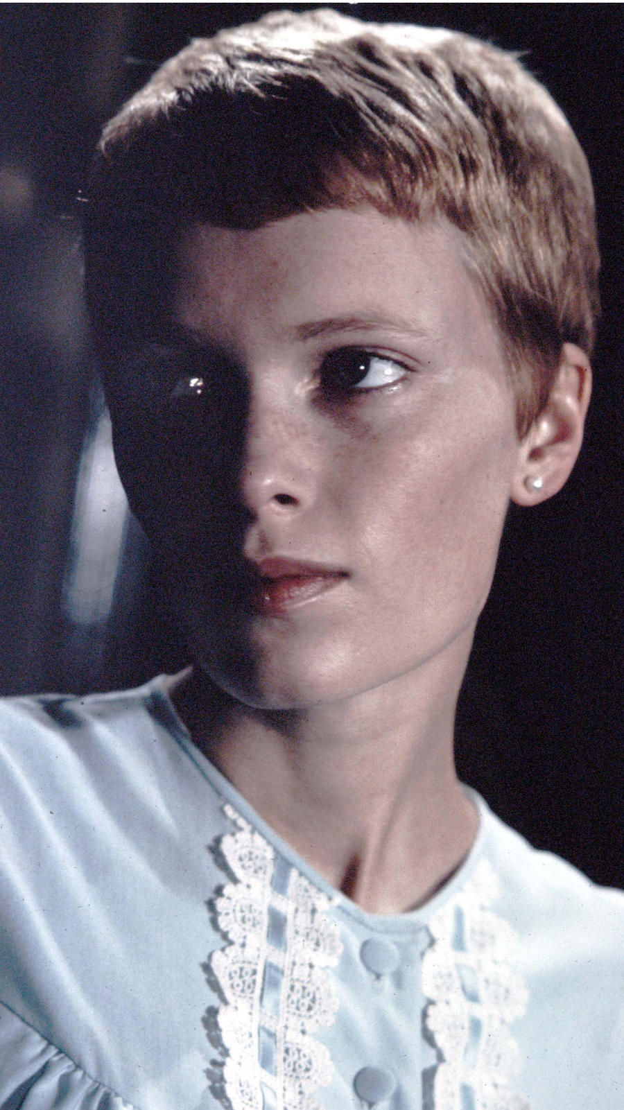A legendás fodrász, Vidal Sassoon tett csodát a színésznővel a Rosemary gyermekeinek forgatása előtt. A frizura az újfajta érzékiséget hangsúlyozta.