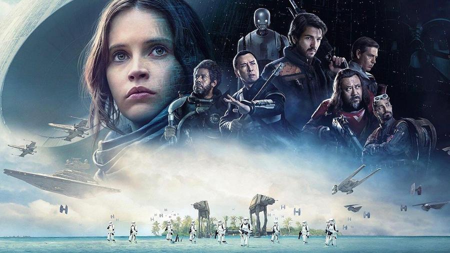 A Star Wars nem csak a sci-fi zsánert rengette meg alapjaiban annak idején, a filmek világára épülő, licenszelt termékek piacát is fenekestül felforgatta: máig nagyjából 35 milliárd dollár értékú Star Wars cuccot adtak el. A zsivány egyes (június 13-án szombaton este 21:00 -kor a VIASAT3-on) ionfarvizén pedig újra meggyőződhettünk az ajándéktárgyakban verhetetlen franchise pusztító erejéről. Darth Vader-es pendrive? Yodás mamusz? Ugyan! Mutatjuk a legvadabbakat! (Rubies Costume Company / Disney)