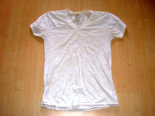 Felejtsd el a durva tapintású törölközőket, és inkább használj egy régi pólót. A hatás nem marad el - az eredmény bámulatos lesz, főleg, ha göndör a hajad.
