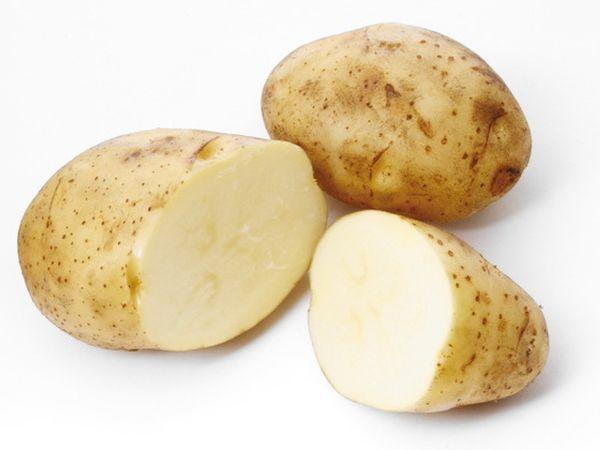 Egész este buliztál, másnapos vagy, a szemeid meg akkorák, mint egy sárgadinnye? Karikázz fel egy krumplit, hűtsd le, majd ha már elég hideg, rakd a feldagadt szemeidre. Csodákat művel majd.